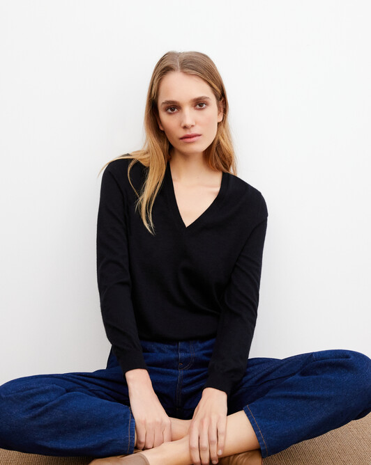 Contemporary extrafine V-neck pullover - Black